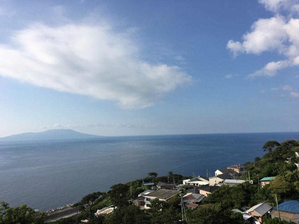 御蔵島から見る三宅島