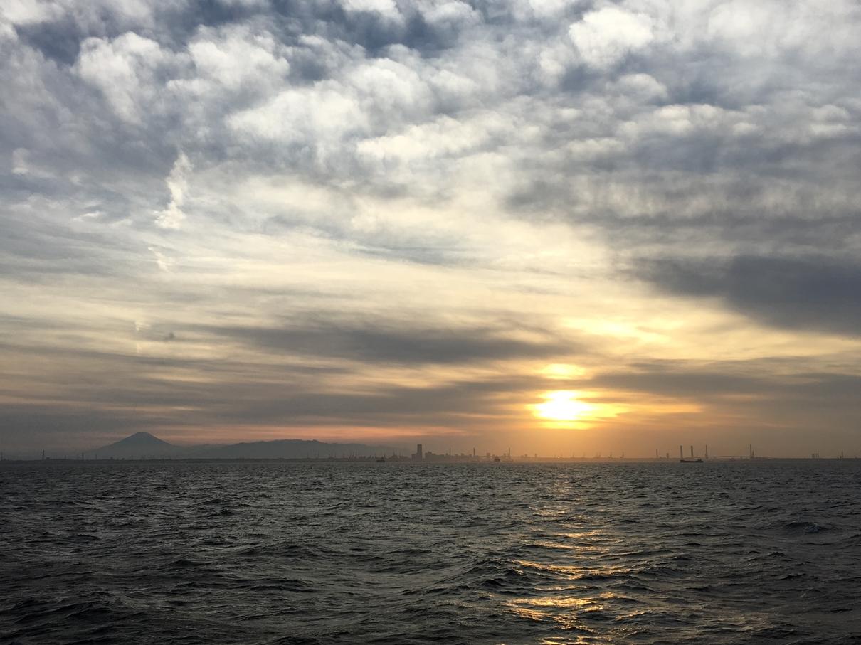 船から見る夕日と富士山