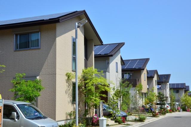 太陽光パネル 住宅街 家