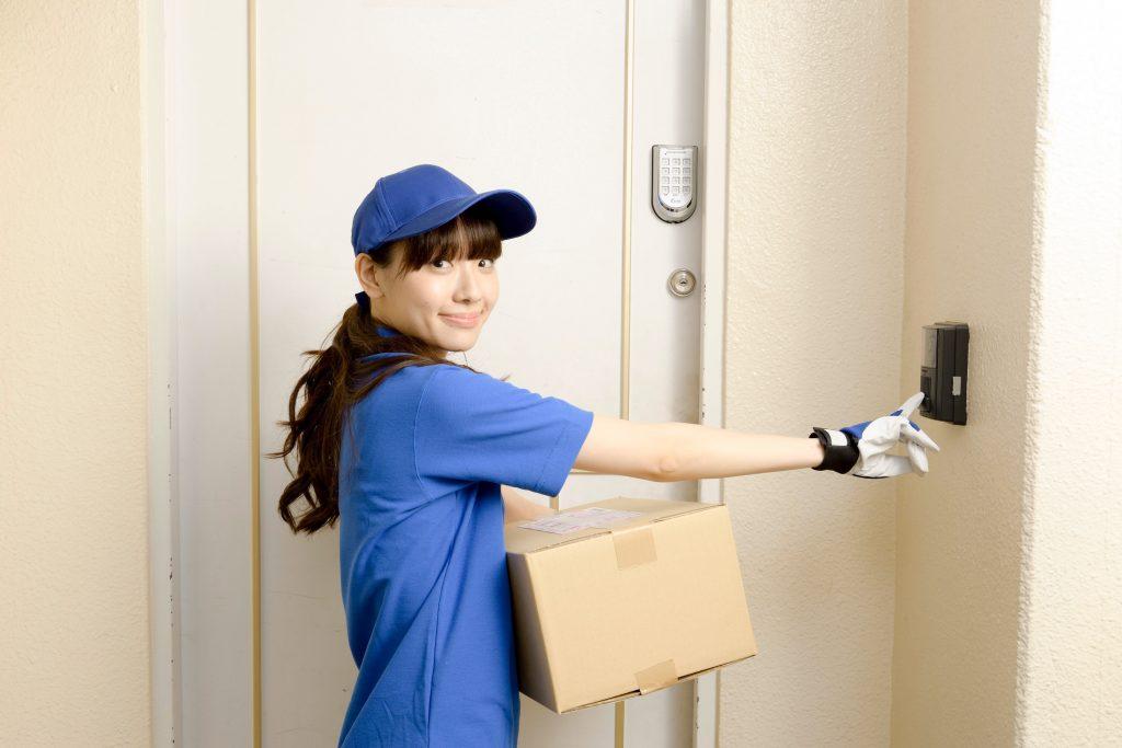 荷物を届ける女性