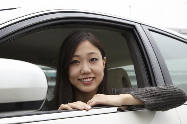 車から見える女性