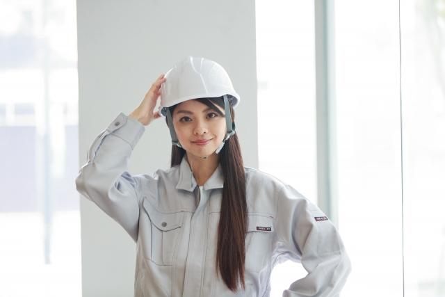 現場の作業着の女性
