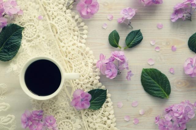 花がちらばったおしゃれなテーブルの上