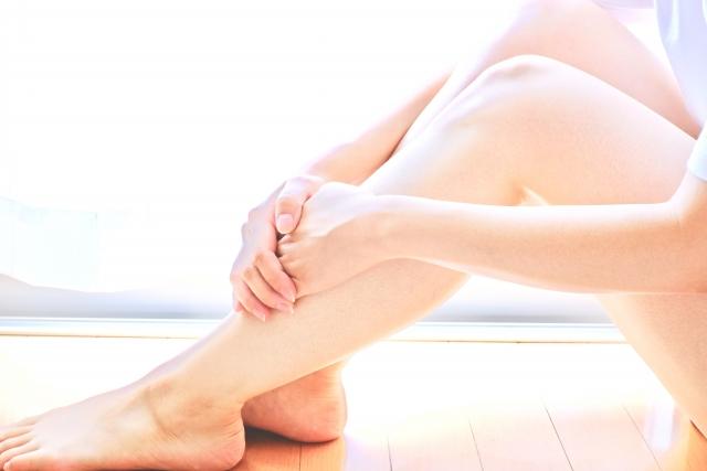 女性の手と脚