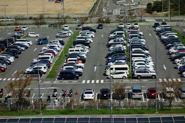 たくさん停まった駐車場