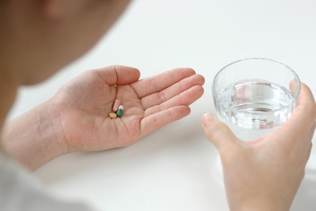 薬やサプリを飲む