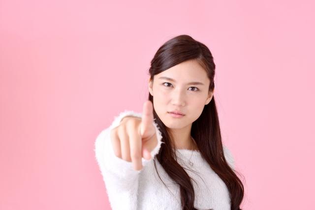 指を指す女性