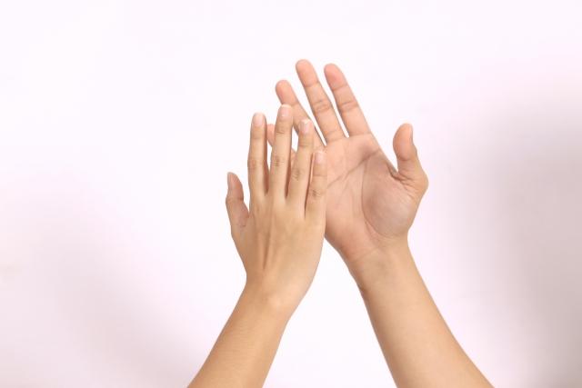タッチする手