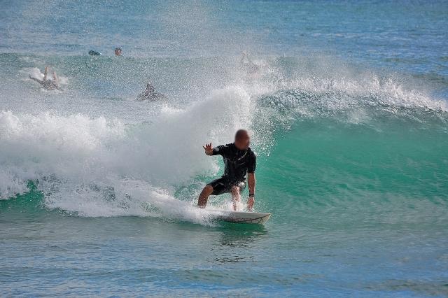 波に乗ってるサーファー