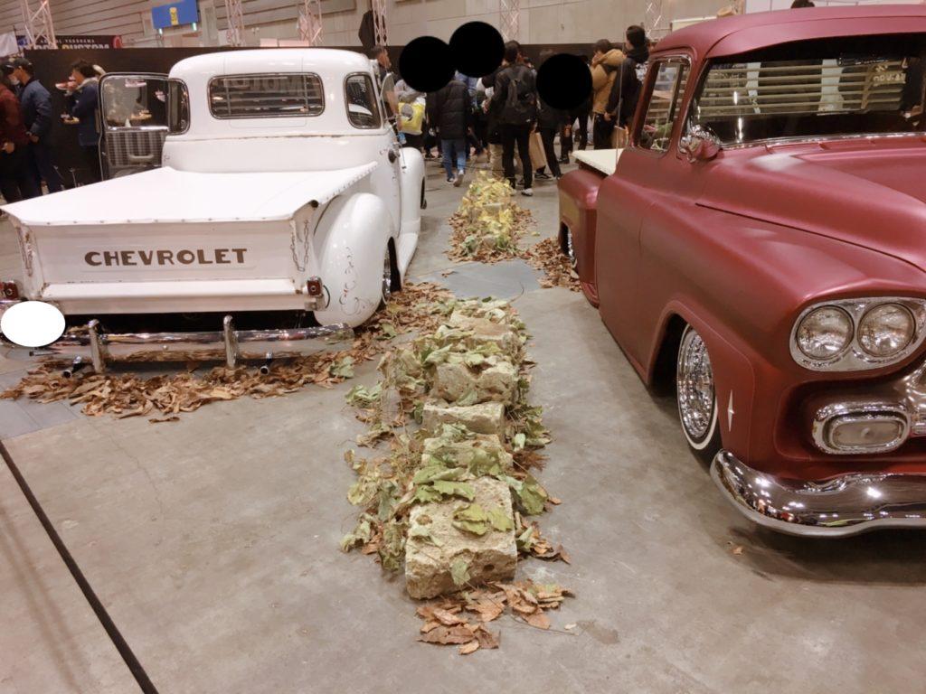 落ち葉を敷いたディスプレイ