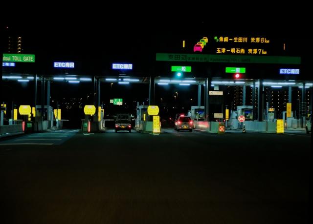 夜の高速道路の出入り口