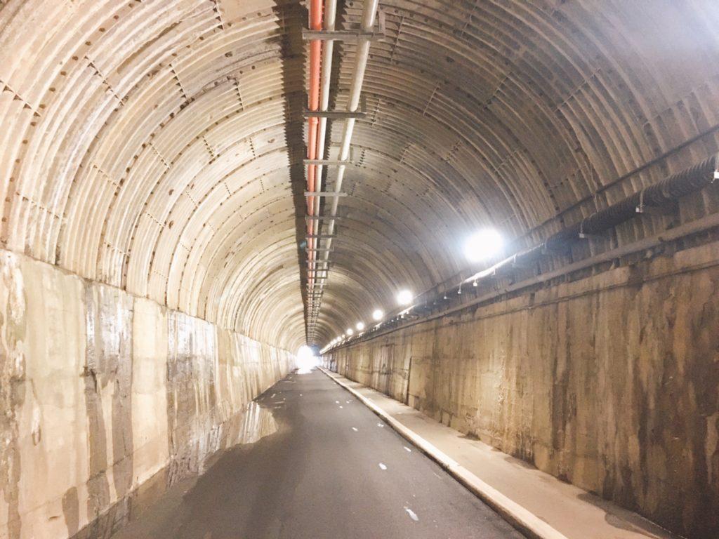 夢の吊り橋への道中 トンネル