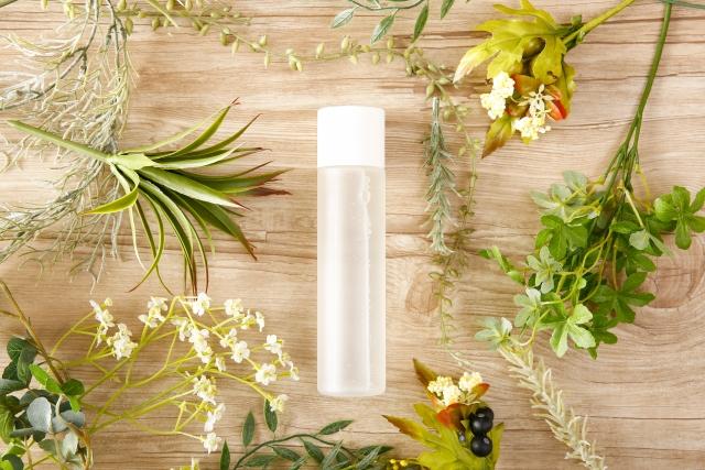 植物と化粧品のボトル